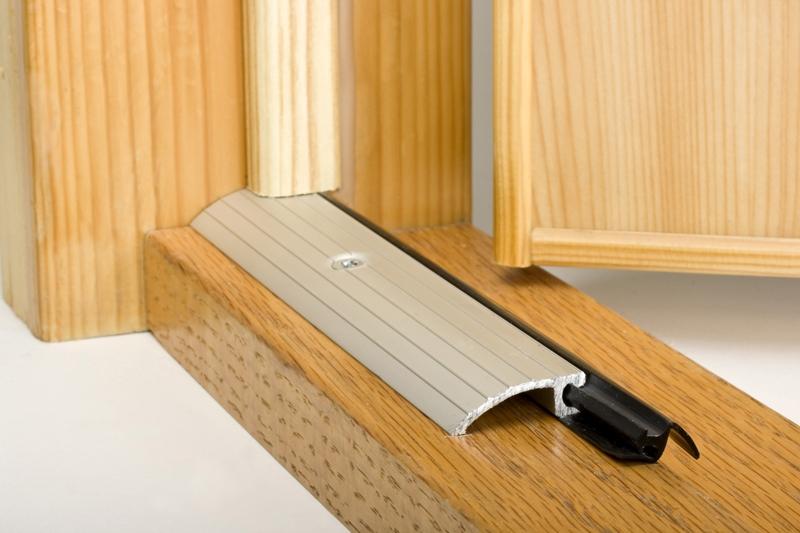 Tröskel med tätning för ytterdörr